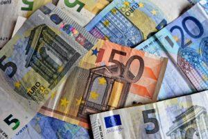 Banknoty euro zarobione w internecie