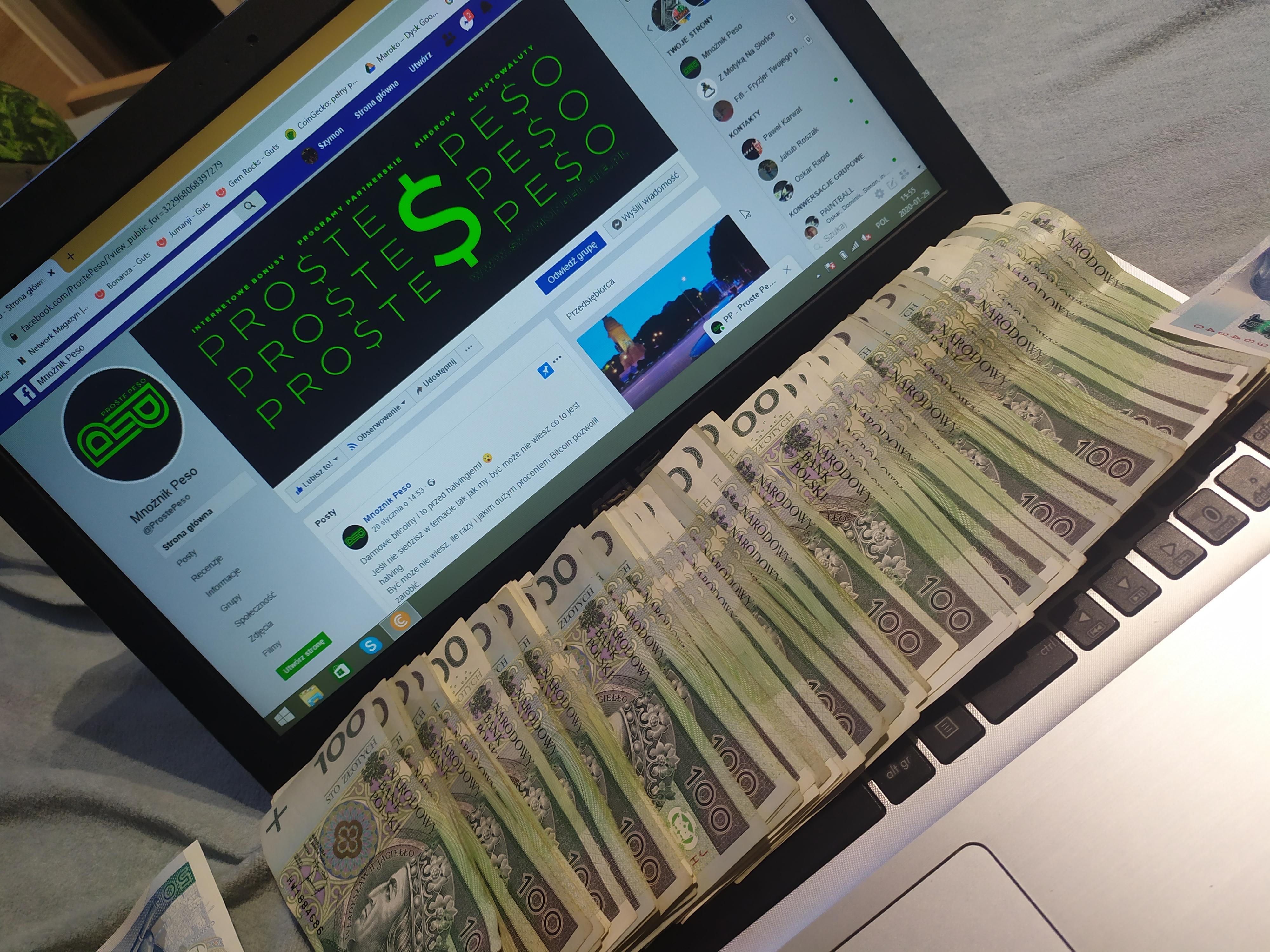 Proste Peso i setki złotych zarobione z internetu leżace na laptopie