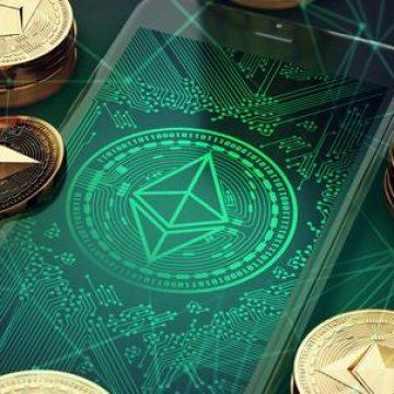 Złote monety ethereum z telefonem